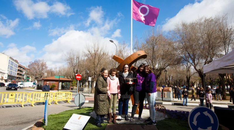 La bandera feminista ondea en Pinto